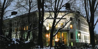 Imagen de portada de Tres plazas para la Embajada de España en Berlín