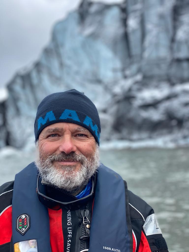 Imagen de portada de Enrique Carmona en directo desde la Antártida. «De  tierra y mar, de blanco y negro, de hielo y fuego»