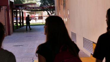 ciencias-del-deporte-estudiantes-caminando-sombra_noticia
